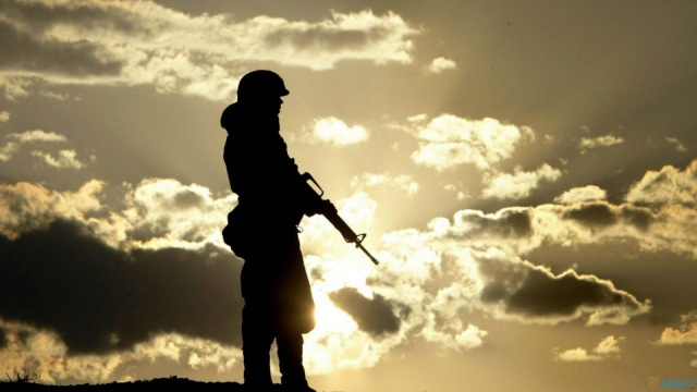 soldier_in_sunset-1600x900